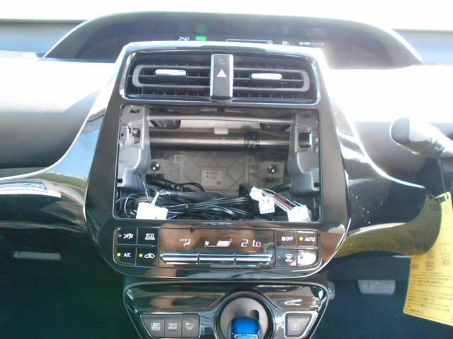 オーディオレスですのでイクリプス製の新品ナビ(R10W)を取り付けてご納車させていただきます。地デジ(フルセグ)やDVD、ブルートゥース接続も可能です。バックカメラも装備していて車庫入れも楽々です。