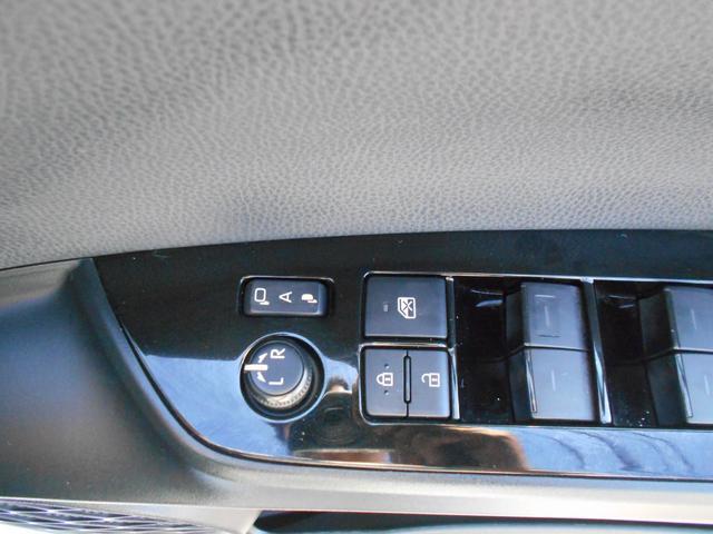 ドアロックと連動して格納するオート格納ドアミラーも装備しています。便利な装備です。
