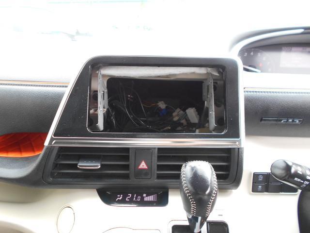 オーディオレスですのでパナソニック製の新品ナビ(E320D)を取り付けてご納車させていただきます。地デジ(ワンセグ)やブルートゥース接続も可能です。バックカメラも装備していますので車庫入れも楽々です。