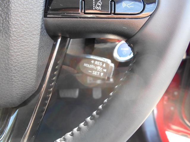 高速道路などでとても便利なレーダークルーズコントロールも装備しています。車間距離を保つように速度調整をしてくれます。