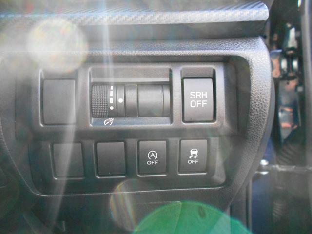 ステアリング連動式ヘッドランプや横滑り防止装置、アイドリングストップ機構も装備しています。