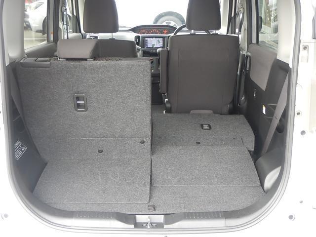 後部座席背もたれは分離しているので、別々に倒す事が可能です♪荷物の量に応じてアレンジ出来るので、嬉しいですね!