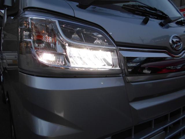 【LEDヘッドランプ】ロービーム・ハイビーム・マニュアルレベリング機構付です。LEDクリアランスランプも付いてます。明るい光で夜間の運転をサポートします。