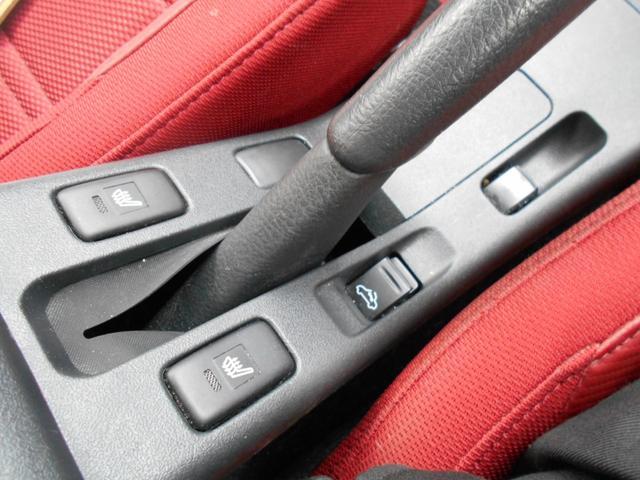 運転席 助手席共にシートヒーターあります。座面と背もたれ部にヒーター機能あります。少し肌寒くてもオープンにできます。