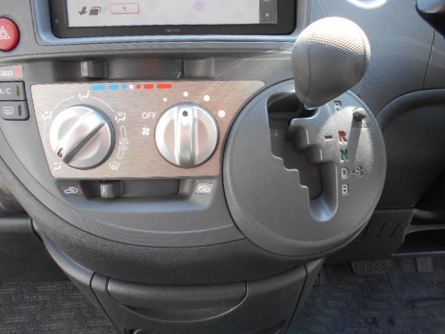 エアコンはマニュアルタイプ。ダイヤル式なのでパネルを見なくても操作できます。