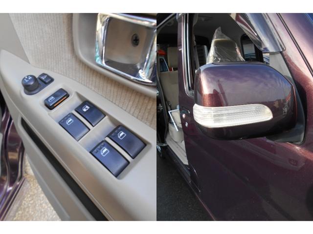 対向車から視認性の良いウィンカー付き電動格納ドアミラーです。
