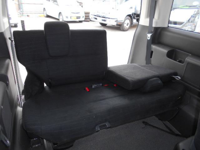 サードシートは3人掛け。使用感ありません。