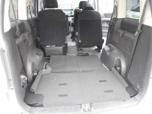 からくりシートでサードシートは床下収納できます。大きな荷物も積むことができます。