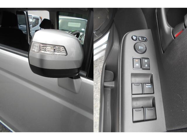 ウインカー付き電動格納ドアミラーです。対向車からの視認性がよいので安心です。