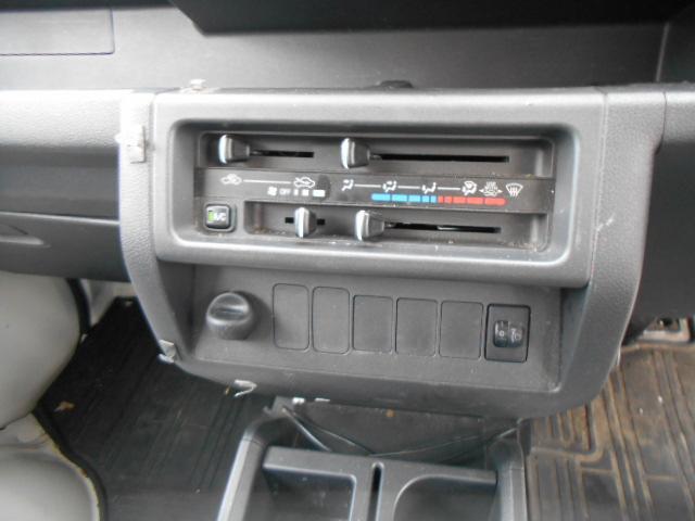 エアコンはマニュアルタイプです。作動確認できてます。