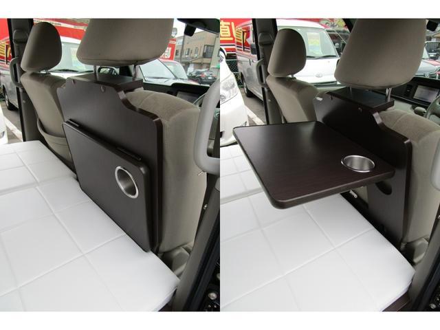 運転席後ろに折り畳みテーブルがあります。飲み物を置いておくのに便利です。