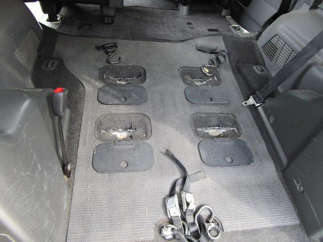 車いすをベルトで引き上げて載せます。車いす後輪付近にベルトをかけて車いすを固定させます。車いすにシートベルトをして乗車完了です☆