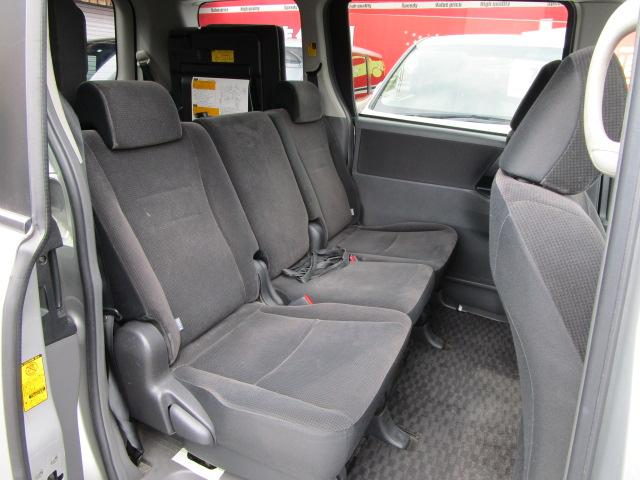 セカンドシートは3人掛け、サードシートは3人掛けで車いすの乗車がないときは8名乗車可能です。