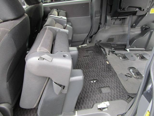 セカンドシートは座席を前にするだけで跳ね上がりますので乗り降りがしやすいです。