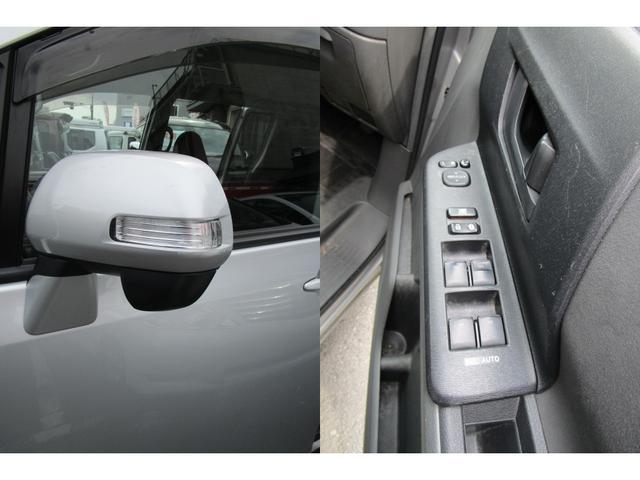ウインカー付き電動格納ドアミラーです。対向車からの視認性がよいので安心です。パワーウィンドは全席オート機能付きなのでワンタッチで開閉できます。