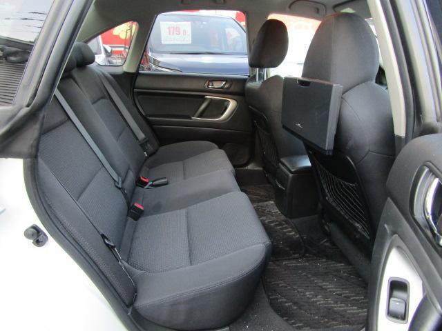 リヤシートもゆったりしてます。大人のロングドライブにも使うことができます。