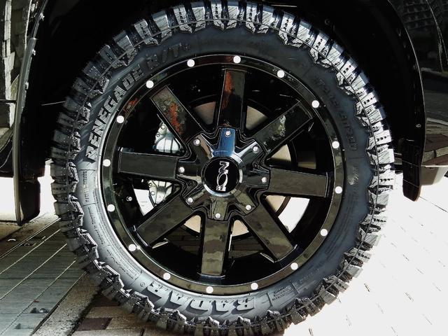 新品20インチフルブラックアルミ☆マッドタイヤも装着☆タイヤサイズも285/50-R20でとても大きいものになりますので、プラドに似合っています☆※オプション「ホイールインチアップ+タイヤ変更プラン」