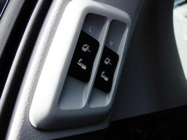 フロアに3列目シートを格納することができるボタンも付いております☆スイッチを押すだけで綺麗に三列目が収納されます☆