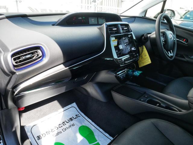 運転席側ドアには、使い勝手の良いオールオートのパワーウインドウと電動格納ドアミラー&ミラー調整機構スイッチ☆