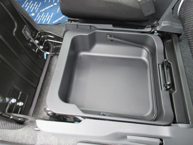 助手席のシ-トアンダ-BOXが結構便利です。