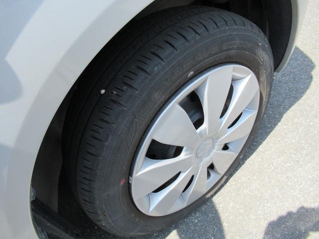 専用フルホイールキャップ。タイヤ溝もたっぷりです。