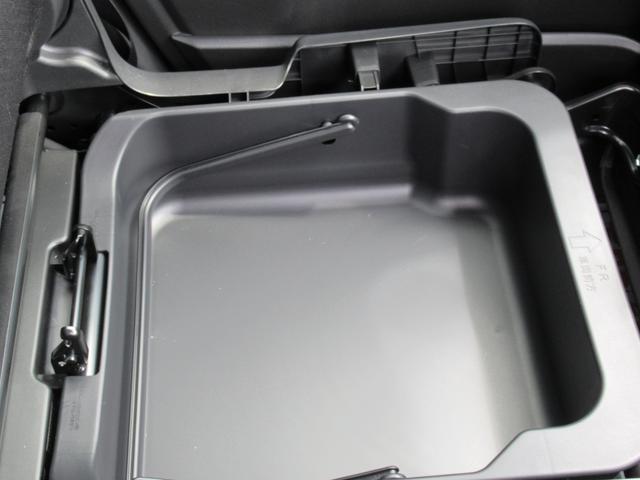 助手席シート下に隠れ収納ボックス