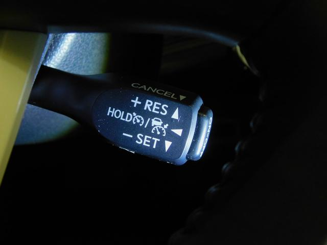 アクセルペダルを踏まなくても、車間制御モードでは、先行車の車速変化に合わせた追従走行を行い、自動的に加速・減速・停止をします。定速制御モードでは、一定の車速で走行できます。