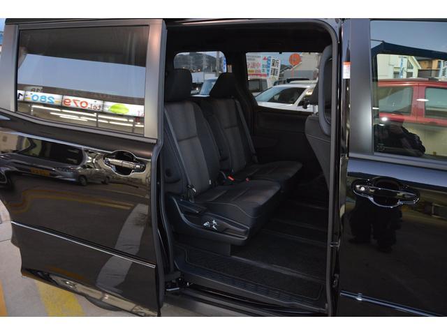 セカンドシートも足元ゆったりです!内装色はブラック、もしくはブラッドオレンジ&ブラックより選べます♪お問い合わせは079-280-1118、カーズカフェ カーベル姫路東までお気軽に^^