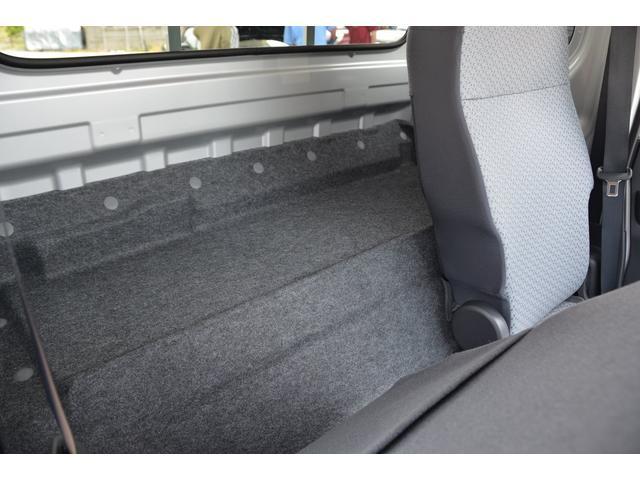 大柄な方でもゆとりの運転姿勢をとれるシートスライド&リクライニング!大切な荷物もキャビンにしっかり積める、広いシートバックスペースと、助手席を前倒しし助手席背面をシートバックテーブルとして利用できます