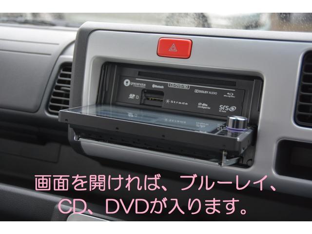 画面を開ければブルーレイ、CD、DVDが入ります!音楽CDを最大8倍速で録音可能!カーズカフェ限定でオプションのUSBケーブルも付属し、iPod/iPhoneの音楽再生や、USB再生も可能!