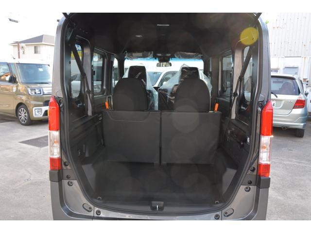 助手席の背もたれを前に倒したら、シートを座面ごと足元に収納!運転席以外の空間すべてに荷物が積めます♪助手席を段差のないフラットなスペースにすれば、脚立などの長尺物もすっきりおさまります^^