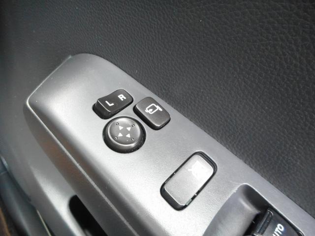 駐車した際や、狭い路地での対向時に便利な電動格納ミラー付き!!