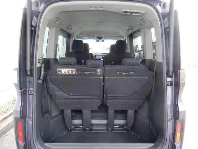 定員乗車時のラゲッジスペースです。お買い物などの普段使いには十分な容量ですね。
