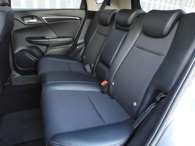 2列目シートにお乗りの方もゆったり快適にくつろげる広さがございます。