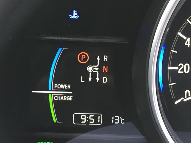 メーター左にはシフトポジションや時計更には外気温も表示。ハイブリッドのパワー状況も確認できます