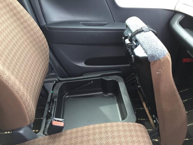 助手席下には大容量の収納スペースがございます☆