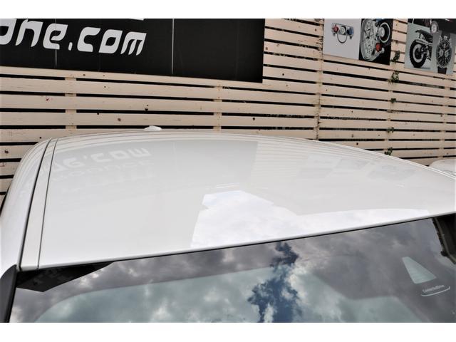 ルーフ・ラインは、従来のクーペ・スタイルに固執すること無く、BMW Xモデルらしい強固な印象を残すやや無骨な形状とすることで、躍動感を表現
