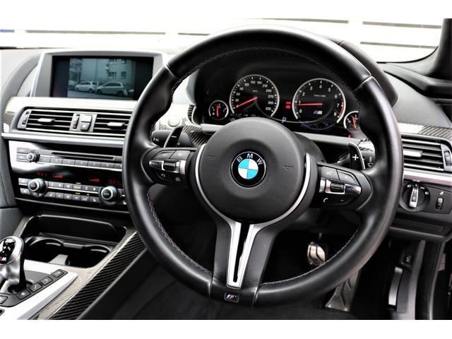 車載の通信モジュール(SIMカード)を利用し、乗員の安全と車両の状態を見守ることで、ドライビングにさらなる安心感を与えてくれる「BMW SOSコール」および「BMW テレサービス」も全車に標準装備!