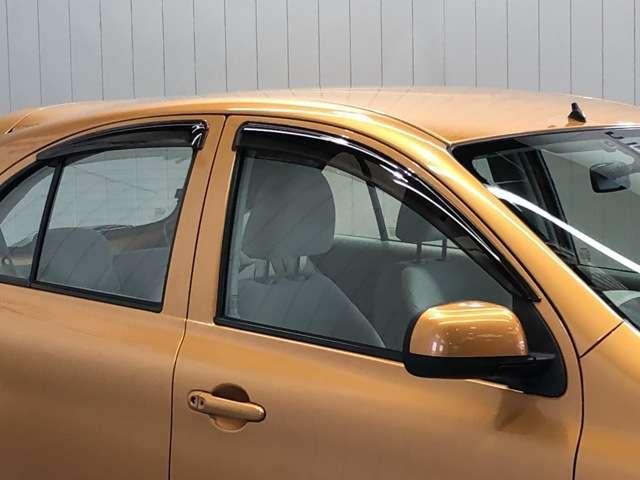 (バイザー)雨の日に少し窓を開けても雨が車内に入ってこないようにするバイザー付き