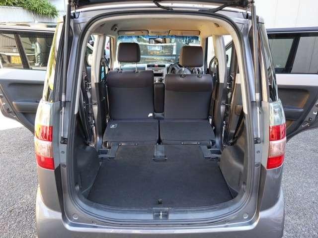 リアシートを倒せば外観からは想像できないほどの荷室が現れます。FF車を知りつくしたホンダならではの車両設計ですね。