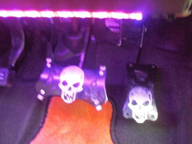 スカル★髑髏のブレーキペダル★アクセルペダル★足元を照らしてるLED装飾は幻想的に夜のドライブが楽しめますね!