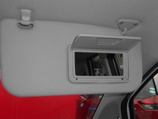 運転席サンバイザーにはミラーも装備