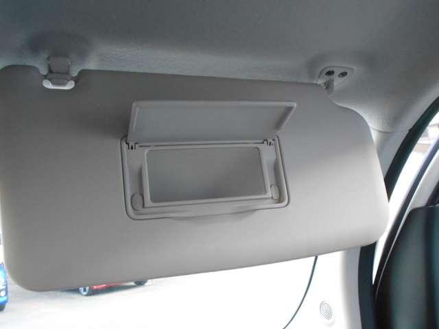 運転席のサンバイザーには、ミラーを装備