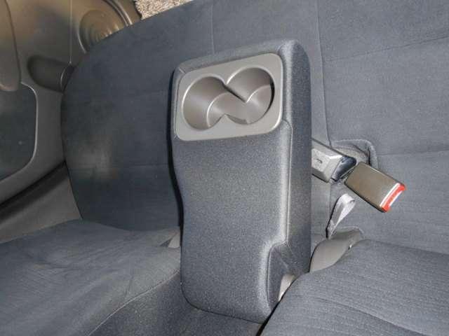 後席にも、ドリンクホルダー付きアームレストを装備しています