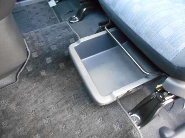助手席アンダーBOXは、靴等の収納に便利です