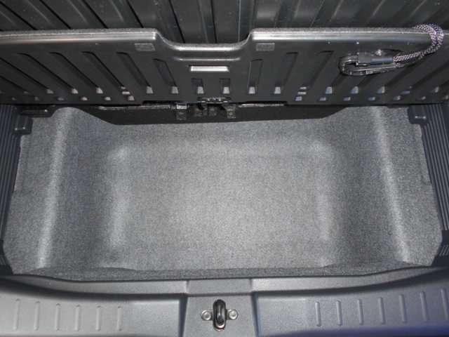 ラゲッジボード下部にも収納スペースを確保しました