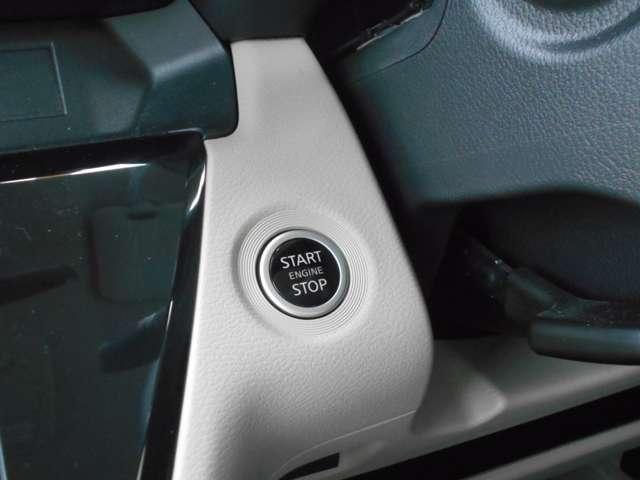 エンジンの始動は、鍵の差込不要で便利なプッシュボタン式