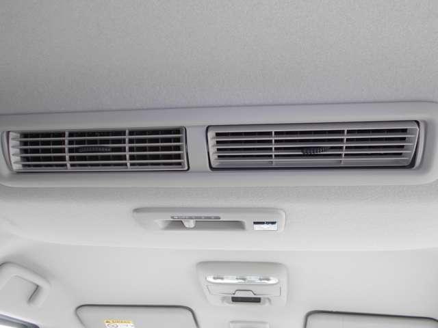 天井には、エアコンの快適な風を車内に循環させる、シーリングファンを装備。後席の方も快適に過ごせます