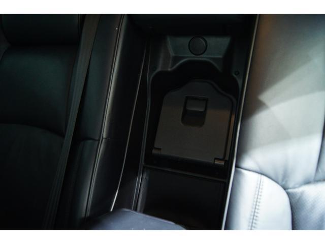 Gパッケージにだけ後部座席にドリンククーラーBOX完備されております!