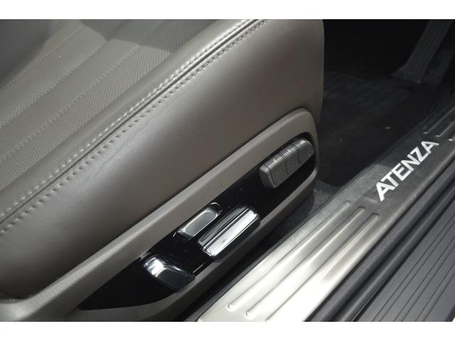 運転席、助手席は微調整が可能なパワーシートです。